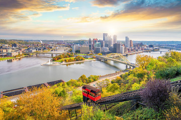 Fototapete - Downtown skyline and vintage incline in Pittsburgh