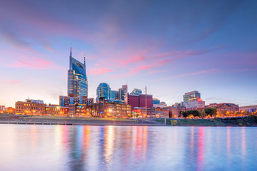 Fotomurales - Nashville, Tennessee downtown skyline with Cumberland River in USA