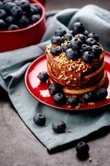pancake stapel mit heidelbeeren