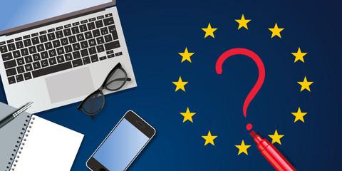 Bureau vu du dessus, composé d'un carnet, d'un stylo plume et d'un ordinateur pour illustrer les médias et les journalistes chargés d'informer les électeurs sur les élections européenne.