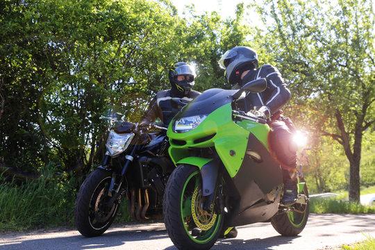 Zwei Motorradfahrer bei einem kurzen Zwischenstopp