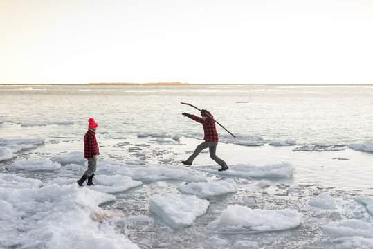 Man jumps from floating lake ice onto shore