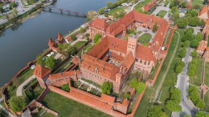 Fototapeta Malbork nad rzeką Nogat największy średniowieczny murowany zamek z lotu ptaka obraz