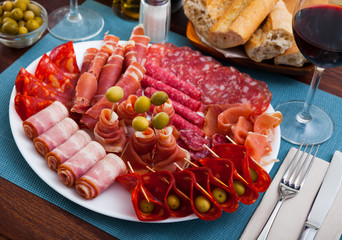 Meat platter on round plate