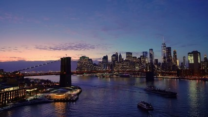 Fotomurales - Panoramic view of Brooklyn bridge and Manhattan at night, New York City.