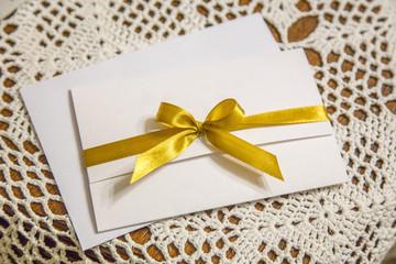 Obraz eleganckie zaproszenie ślubne ze złotą wstążką - fototapety do salonu