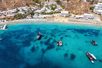 Wall Mural - Luftaufnahme des beliebten Psarou Strandes auf Mykonos mit türkisem Meer, Kykladen, Griechenland