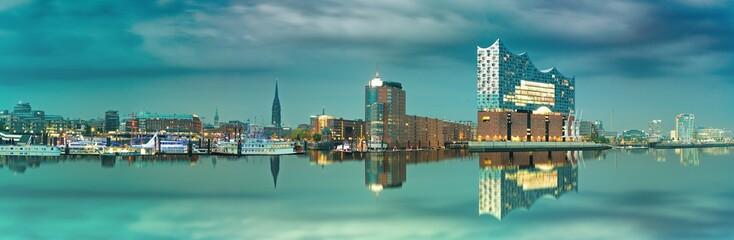 Skyline von Hamburg mit Blick auf die Elbphilharmonie die sich im Wasser spiegelt