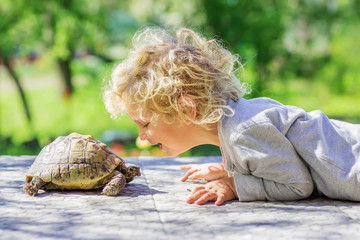 Photo sur cadre textile Tortue lovely boy with turtle