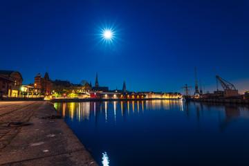Vollmond der wie die Sonne die Skyline Lübecks erleuchtet