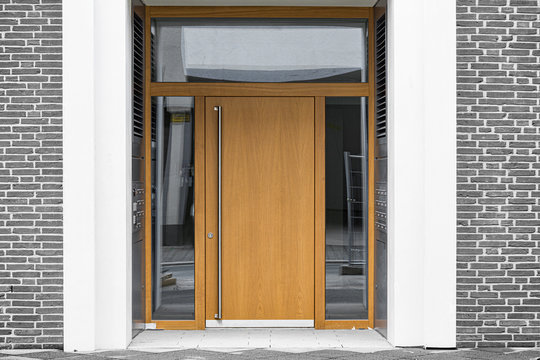 Holz-Haustür mit Glaseinsatz Eingang in Gebäude
