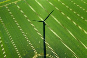 Windkraft anlage und stromleitung
