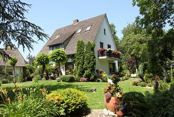 Haus Einfamilienhaus romantisch Garten Sommer