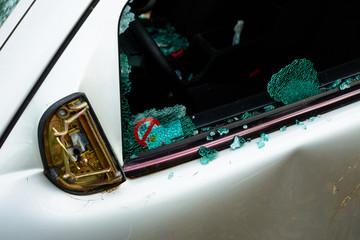 Auto bei dem die Scheibe eingeschlagen wurde und alle Innenteile geklaut wurden mit Scherben und kaputter Scheibe