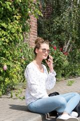 Eine junge Frau telefoniert mit einem Smartphone