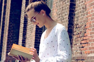 Eine junge Frau mit einem Buch