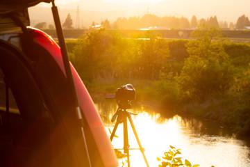 デジタル一眼レフカメラで美しい夕日を撮影している