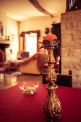 chandelier ancien dans bel intérieur