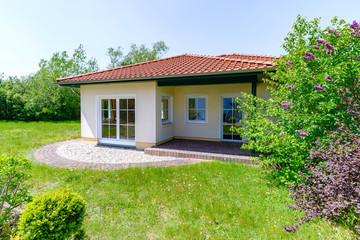 moderner Bungalow mit Garten