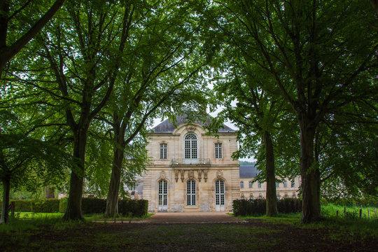 Façade de l'abbaye bénédictine du Bec Hellouin, Normandie, France