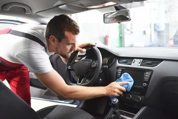Kundendienst Autowerkstatt: Autoreinigung Innenraum // friendly mechanic cleans a car professionel in the car dealership for the customer