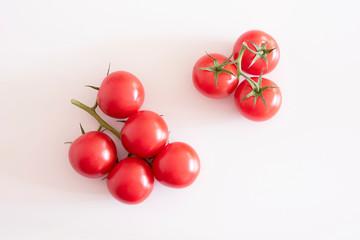 8 Tomaten auf weißem Hintergrund