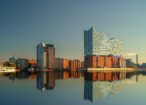 Hamburg Elbphilharmonie mit Spiegelung im Wasser