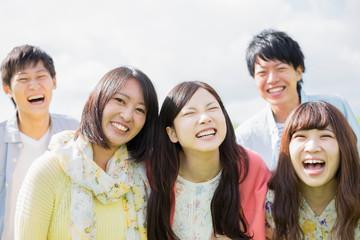 微笑む大学生