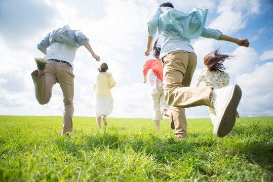 草原を走る大学生の後姿