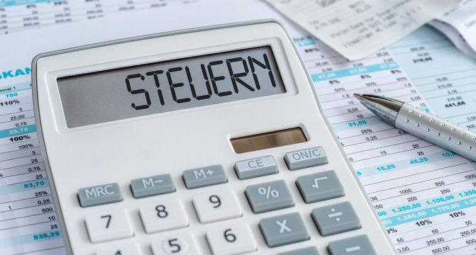 Taschenrechner mit Dokumenten - Steuern