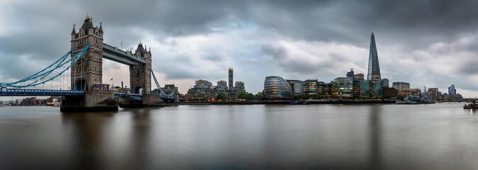 Fotomurales - Panorama der Skyline von London an einem regerischen Nachmittag: von der Tower Bridge bis zur London Bridge