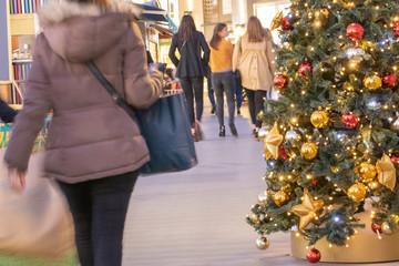 Noël, fêtes de fin d'année, achat des cadeaux de noël, clients dans une galerie marchande décorée d'un sapin de Noël
