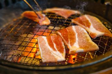 網の上で焼くジューシーな焼肉