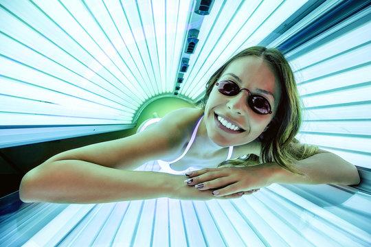 Foxy lady getting a tan in solarium