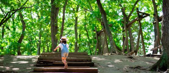森の階段を上る子供