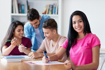 Junge türkische Schülerin in der Schule