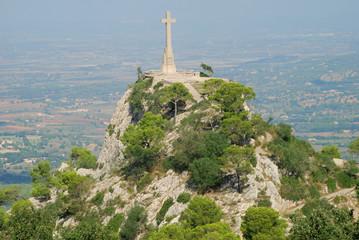 Mallorca Santuari de Sant Salvador Puig Berg Kloster Klosterkirche Klosterberg Kreuz Steinkreuz Panorama Sehenswürdigkeit Ausflugsort Panoramablick Aussicht Top 10 Ebene Felanitx Arta