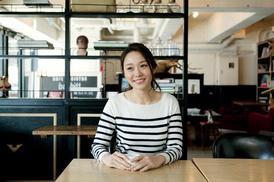 カフェでくつろぐ20代女性