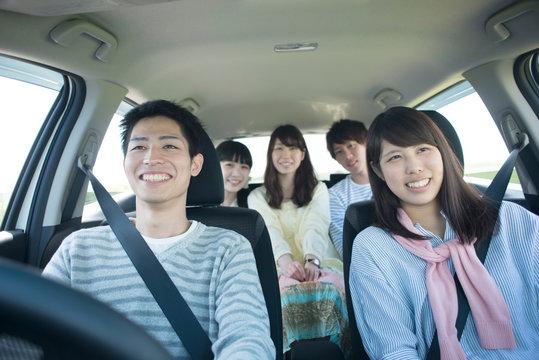車の中で微笑む大学生