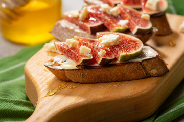 Sweet bruschetta with chese and figs