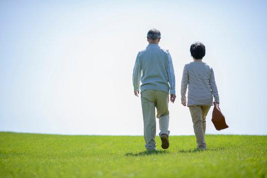 散歩をするシニア夫婦の後姿