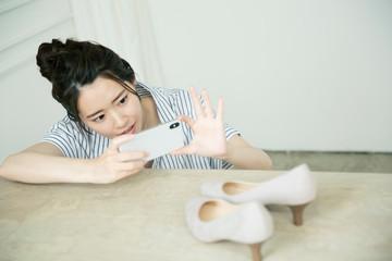 靴の写メを撮る20代女性