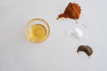 Gewürze und Öl auf weißem Hintergrund