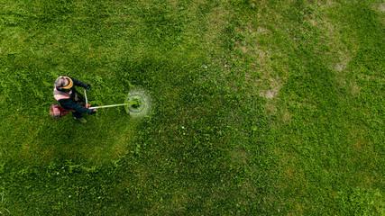 Bovenaanzicht man werknemer gras maaien met grasmaaier.