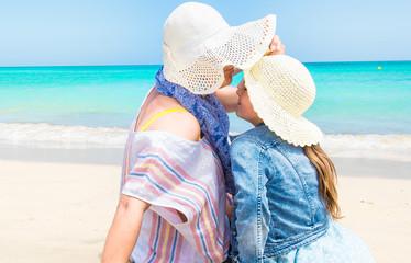 Matka z córką, Cudowne chwile spędzone z mamą na wakacjach na plaży