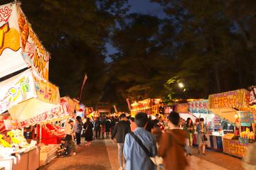 夜の祭りの風景