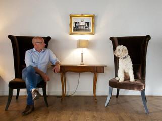Mann und Hund im Gespräch