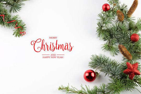 Biglietto di auguri di Natale e Capodanno con decorazioni festive su sfondo bianco