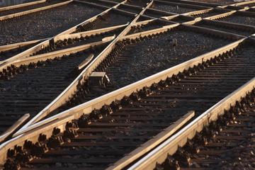 gleiskreuzungen der eisenbahn im abendlicht