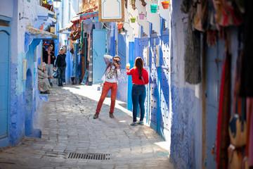 Turistas haciendo fotos en Chauen, Marruecos